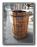 Деревянная декоративная бочка-умывальник.