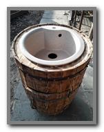 Деревянная декоративная бочка умывальник