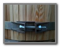 Мощные болты позволяют регулировать натяжение обруча на купели