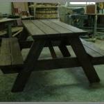 деревянный стол со скамьями
